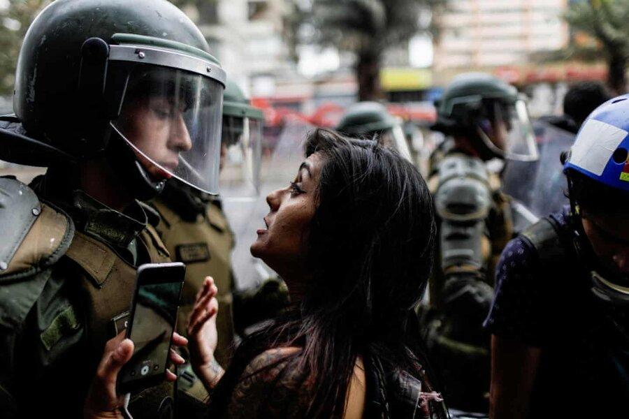 عکس روز: زنی در برابر پلیس