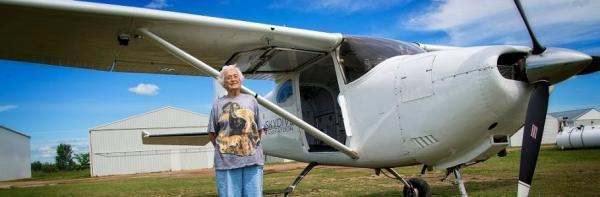 پرواز بالاتر از پرندگان: پریدن زن کانادایی با چتر نجات در جشن تولد 90 سالگی!
